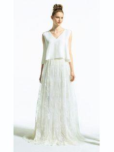 ス・ジュール・ラ(Ce Jour La) Vネックのシンプルなトップ×レースのロングスカートを組み合わせた、セパレートタイプのウエディングドレス。