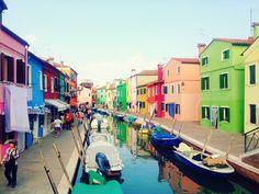 ベネチアのカラフルな島 ブラーノ島 Burano http://thejourneynote.com/venezia-burano/ 可愛く幸せな気持ちになるイタリアのベネチアから30分~40分程離れたところにある島。#ベネチア #旅 #島 #旅写真