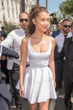 Bella Hadid, Is That You? The Supermodel Debuts a Fresh New Look at Cannes Bella Hadid makes a Cannes transformation with a fresh new look. TheBella Hadid's Hair TransfBella Hadid Pony Bella Hadid Short Hair, Bella Gigi Hadid, Bella Hadid Style, Bella Hadid Makeup, Bella Hadid Outfits, Provocateur, Little Girl Hairstyles, Cannes Film Festival, Hot Pants