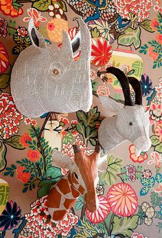 Les animaux de la savane trônent aux murs, se mariant avec le papier peint.