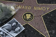 花束や写真が供えられた米ハリウッドにある米俳優のレナード・ニモイ氏の「ハリウッド・ウォーク・オブ・フェーム」の星型プレート(2015年2月27日撮影)。(c)AFP/ROBYN BECK ▼28Feb2015AFP|スタートレックのMr.スポック役、米俳優レナード・ニモイ氏死去 http://www.afpbb.com/articles/-/3041055 #Leonard_Nimoy
