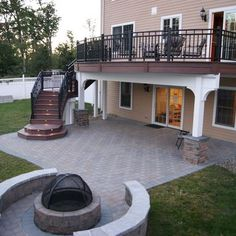 By adding curved lines in the deck and patio design, the outdoor space has an elegant look. By adding curved lines in the deck and patio design, the outdoor space has an elegant look. Patio Under Decks, Decks And Porches, Back Patio, Backyard Patio, Pergola Patio, Gazebo, Deck Stairs, Deck Railings, Patio Interior
