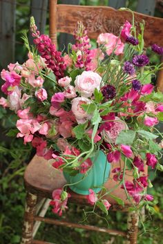 love the trailing sweet peas, i think this selection of pink flowers is just lovely.      walkingonsunshine:)