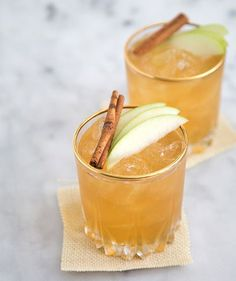 Apple Pie Moonshine Cocktail pies Apple Pie Moonshine Cocktail - The Little Epicurean Moonshine Cocktails, Bourbon Cocktails, Fall Cocktails, Cocktail Recipes, Drink Recipes, Fall Drinks, Mixed Drinks, Apple Cocktails, Recipes