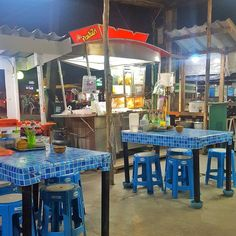 Where Streetfood dreams are made And SUCH friendly staff. Miss this dinner spot big time. . . . #travel #travelplanner #thailand #phuket #kamala #streetfood #streetfoodmarket #kosykinastravels #traveltips #holiday