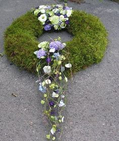 Fantastic Pics Funeral Flowers art Style Whether or not that you are organizing as well as going to, funerals are usually your sorrowful and in some ca. Grave Flowers, Cemetery Flowers, Funeral Flowers, Halloween Floral Arrangements, Funeral Flower Arrangements, Condolence Flowers, Sympathy Flowers, Deco Floral, Arte Floral