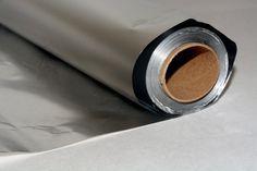 O folosim periodic in bucatarie, fara a stii cate intrebuintari ingenioase poate avea. Uite cum poti folosi folia de aluminiu altfel decat stiai. Utilizari in bucatarie 1. Produs de curatare Daca mototolesti folia de aluminiu, poti folosi bila obtinuta pentru a freca suprafetele rezistente la zgarieturi. Curatarea cu folie de aluminiu e eficienta impotriva ruginii …