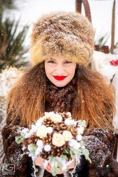 Nem csak a bundád, a csokrod is lehet téli ihletettségű. Télen is lehetsz stílusos menyasszony! Modell: Pölös  Viktória Smink: Gila Olga Csokor: Edit Virág Varázs ( Donkáné Bozó Ilona ) Gila, Winter Hats, Fashion, Moda, Fashion Styles, Fashion Illustrations
