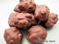 Καρυδάκια με βανίλια #sintagespareas Candy Recipes, Sweet Recipes, Sweet Corner, Pecan Pralines, Chocolate Caramels, Christmas Sweets, Trifle, Confectionery, Cooking Time