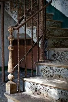 Beautiful staircase in an abandoned house. Old Buildings, Abandoned Buildings, Abandoned Places, Haunted Places, Das Haus In Montevideo, Stairway To Heaven, Grand Stairway, Abandoned Mansions, Stairways