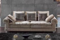 Elegante sofá de dos piezas en terciopelo. Love Seat, Couch, Throw Pillows, Bed, Furniture, Home Decor, Velvet Couch, Two Pieces, Facades