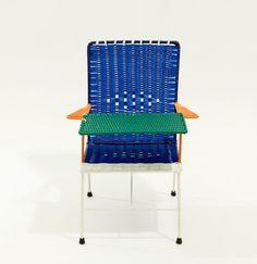 Esta colección de coloridas sillas, mecedoras y mesas diseñadas para niños, tiene como distintivo que son diseñadas y fabricadas por ex-convictos de cárceles colombianas como manera de ayudarles a reintroducirse a la vida social y laboral fuera de las rejas.