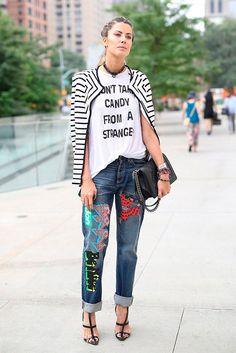 Martha Graeff investe no jeans com patches, camiseta estampada, casaco de listras preto e branco e sandália de tiras