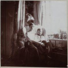 Grã-duquesa Tatiana e Czarevich Alexis no boudoir malva, com a Imperatriz Alexandra em dupla exposição na foto.