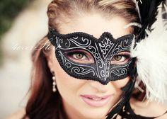 Klassische venezianische schwarzen Karnevalsmaske - schwarze Maske mit weißem Futter Design