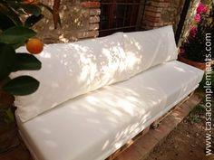 Conjunto para exterior. Colchoncillo y asientos son de espuma HR30kg, respaldos de fibra y espuma picada. Fundas de tejido Menorca impermeable.