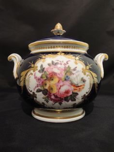 Chamberlains Worcester bowl and cover (England) made 1820