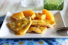 PAVO CON NARANJA Y JENGIBRE. Ingredientes: 300 g de filetes de pavo, 2 naranjas cortadas en gajos, 1 naranja en zumo, 2 cucharaditas de harina de maíz, 1 cucharadita de ralladura fresca de jengibre, 1 cucharadita de miel, perejil picado o cebollino, aceite y sal.