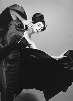 Dovima in a dress by Veneziani. Photo: Richard Avedon in New York, August 1958. Believe it or not, Dovima was expecting her daughter at the time!