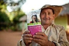 Silvestre Santacruz, mostrándonos uno de los productos de comercio justo que se comercializan en las tiendas de Oxfam Intermón: el azúcar de caña bio. © Pablo Tosco / Oxfam Intermón