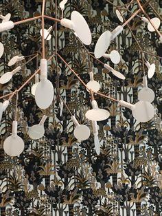 Hermès behang Jardin d'Osier in combinatie met een lamp van Moooi.