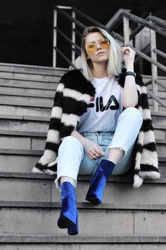 casaco pelo fake, mom jeans, bota azul de veludo, óculos lente colorida / faux fur coat, mom jeans, blue velvet boots, color lens sunglasses.