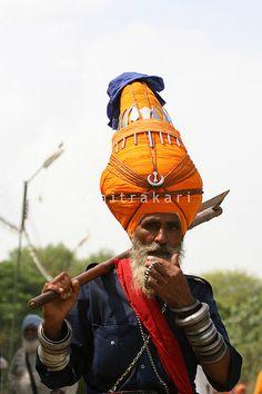 Veteran Akali Nihang Singh carrying a 'Gandasa' (axe) and adorning a 'Dastar Boonga' (towering fortified turban) at Talwandi, Punjab © Nihang Teja Singh