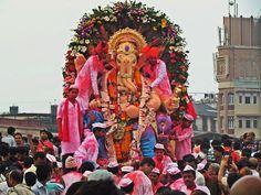 Ganesh Chaturthi : 29 août 2014 :- Le Ganesh Visarjan marque la fin de Ganesh Chaturthi, de 10 jours de festival celebrant la naissance du seigneur Ganesh. Les 10 jours sontdediés font adieux au dieu de la prosperité en prenant sa statue  et la submerssion auspicieusement.