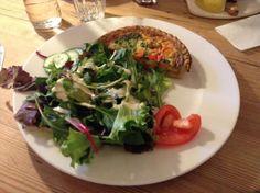 Quiche aux légumes au Pain Quotidien à #Lille Quiches, C'est Bon, Vegetable Pizza, Meat, Chicken, Vegetables, Food, Salad, Vegetarian Dish