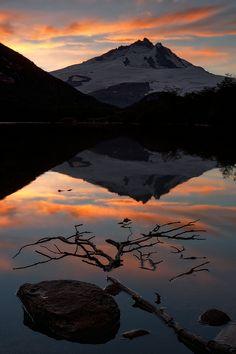 TRONADOR Atardecer en Laguna Ilon. Cerro tronador de fondo. Parque Nacional Nahuel Huapi. Patagonia, Argentina.