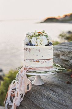 Semi Naked Wedding Cake : http://www.fabmood.com/24-semi-naked-wedding-cakes-with-pretty-details/