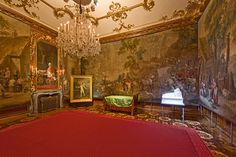 When Napoleon occupied Vienna in the years 1805 and he chose Schönbrunn as his headquarters and used this room as his bedroom. On view in Schönbrunn! Imperial Palace, Royal Palace, Impératrice Sissi, Green Bedding, Living In Europe, Antique Interior, European Travel, Things To Know, Royalty