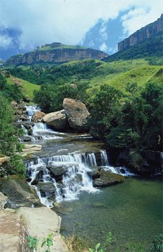 Bergville is a small town situated in the foothills of the Drakensberg mountains, KwaZulu-Natal, South Africa. Namibia, Le Cap, Les Continents, Kwazulu Natal, Out Of Africa, Africa Travel, Countries Of The World, Beautiful Landscapes, Wonders Of The World