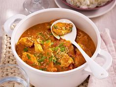 Our popular recipe for chicken curry with rice and over more free recipes on LECKER. Spicy Recipes, Asian Recipes, Vegetarian Recipes, Ethnic Recipes, Free Recipes, Curry Chicken And Rice, Low Calorie Salad, Leftover Chicken Recipes, Popular Recipes