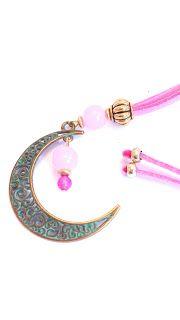 Colgante en forma de luna de ante rosa //  Moon shaped pendant pink suede