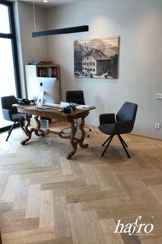 GEBÜRSTET | OXIDATIV WEISS GEÖLT LÄNGE: 790 mm BREITE: 150 mm STÄRKE: 10 mm SYSTEM: Dropdown Clic mit Fase AUFBAU: 2-Schicht Designdiele #hafroedleholzböden #parkett #böden #gutsboden #landhausdiele #bödenindividuellwiesie #vinyl #teakwall #treppen #holz #nachhaltigkeit #inspiration Vinyl, Dining Table, Design, Inspiration, Furniture, Home Decor, Wood Floor, Stairways, Sustainability