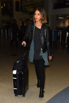 Jessica_Alba_-_arrives_at_LAX_Airport_in_Los_Angeles__2015.04.08__6_.jpg