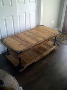 Pallet wood and recycled plumbing pipe coffee table Pipe Furniture, Pallet Furniture, Furniture Projects, Rustic Furniture, Home Projects, Furniture Plans, Antique Furniture, Modern Furniture, Craft Projects