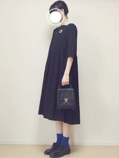 靴下以外はすべて黒ですが、鮮やかなブルーとのバランスが絶妙です。 Korea Fashion, Japan Fashion, Modest Fashion, Fashion Outfits, Womens Fashion, Aesthetic Clothes, Autumn Fashion, Dressing, Normcore