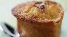Kleine Kuchen aus Kuchenbiskuit mit Kokosnuss. Verfeinert durch Rum. Einfaches und schnelles Rezept.