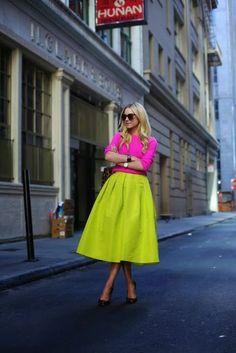 Look super neon, com duas peças no tom, blusa e saia midi rodada.