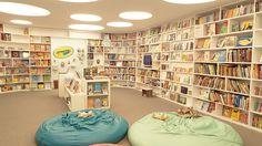 """Livro infantil é a porta de entrada da criança - é o primeiro livro que ela vai pegar NA VIDA. É nele que ela vai olhar aquele monte de rabisco emaranhado e descobrir que aquilo significa que o macaco tá brincando com a mola. É um passo importante na noção de independência da criança. Criança não é """"mini leitor"""": é leitor e ponto, sem mini, sem inho, e subestimar aquilo que ela tá lendo é subestimar a própria criança."""