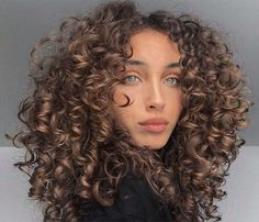 Medium Curly Haircuts, Haircuts For Curly Hair, Curly Hair Tips, Short Curly Hair, Curly Hair Styles, Natural Hair Styles, Curly 3a, Layers For Curly Hair, Curly Girl
