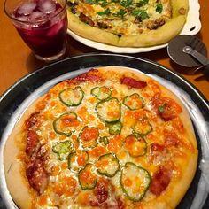 りんご酵母使い切りのピザです。 生地にフレッシュのローズマリーを入れてみました。香りよいです(^^) トマトとバジルきのこの2種類。  もっちもちです(^O^) - 107件のもぐもぐ - 自家製酵母でピザ by mikikobayav8S