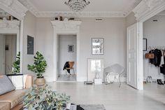 När Robert och Karolina köpte lägenheten på Surbrunnsgatan 8a för snart sex år sedan bestämde de sig efter ett par kliv in i vardagsrummet. Det var här de skulle bo. Och det är inte svårt att förstår varför. Två stora fönster med överljus i rakt västerläge,…