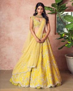 Unique patterned offbeat lehenga choli for this wedding season is being preferred over red. Choose a lehenga that makes everyone's hearts flutter. Multicolored lehenga to slay your bridal look this season. Lehenga Designs, Lehenga Choli Images, Half Saree Designs, Indian Bridal Outfits, Indian Designer Outfits, Designer Dresses, Designer Bridal Lehenga, Yellow Lehenga, Party Kleidung