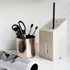 How to put your DIY´s on action. Pencil holder by drilling a wood block Wood Pencil Holder, Diy Zimmer, Bois Diy, Diy Holz, Pen Holders, Decoration, Diy Tutorial, Wood Projects, Home Accessories