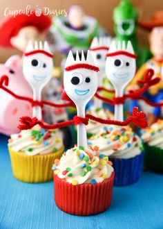 Forky Cupcakes are a craft and dessert all in one! Perfect for a Toy Story 4 birthday party. Forky Cupcakes are the perfect dessert for a Toy Story 4 birthday party! They're so easy and a great way to bring that funny little spork to the party. Fête Toy Story, Bolo Toy Story, Toy Story Baby, Toy Story Theme, Toy Story Cakes, Toy Story Food, Festa Toy Store, Cumple Toy Story, Cupcake Diaries