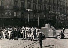 Carro de asalto saliendo del Cuartel de Pontejos, Portal Fuenterrebollo Foto Madrid, Civilization, Monochrome, Classic Cars, Street View, War, History, Movie Posters, Villa
