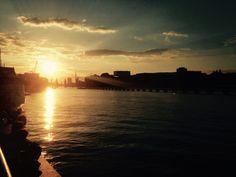 © Jonas Sickau Sonntag, 26.06., 21 Uhr – Treptow, Badeschiff: Den Sonnenuntergang bei einem kühlen Kaltgetränk am Spreeufer genießen.
